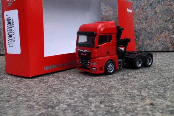 MAN TGX GX 6x4 Zugmaschine mit Ladekran und ausfahrbaren Stützen, rot