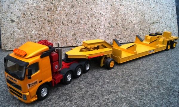 """Volvo FH 4achs Schwerlastzugmaschine mit Schmitz Cargobull Tieflader """"Wiesbauer Aufkleber"""""""