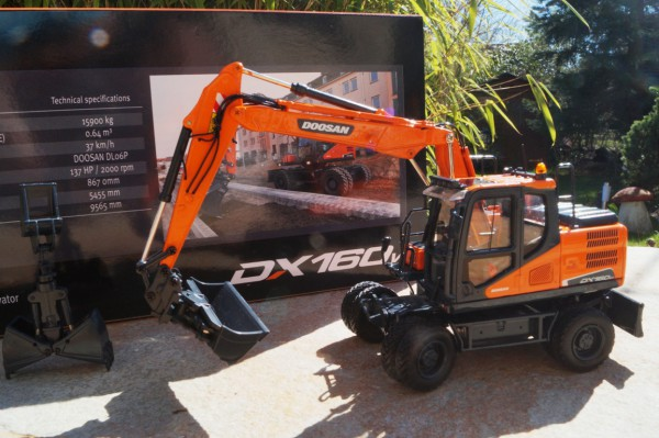 Doosan DX 160W Mobilbagger mit Anbauteilen