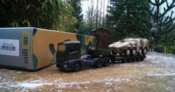 Mercedes-Benz Arocs 6x4 Tieflade-Sattelzug mit GTK Boxer Panzer