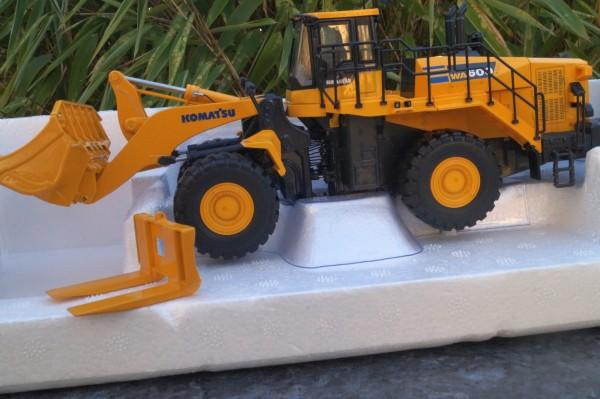 KOMATSU Radader WA600-8 mit Schaufel und Steingabel